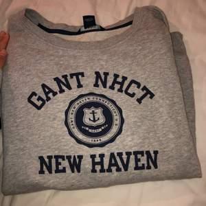 Sweatshirt från Gant. Självklart original. Storlek XL men funkar för allt mellan S-XL beroende på önskad passform. Jag är storlek S se andra bild för passform.