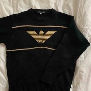 """Oäkta """"Armani"""" stickad tröja från Humana med guld-aktig brodyr.  Använd ett fåtal gånger hemma. 🖤"""
