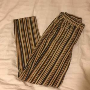 Nya, helt oanvända snygg byxor från Pull & Bear. Säljs på grund av att jag köpte fel storlek. Nypris: 349kr.