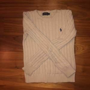 En beige/vanilj vit kabelstickad från Ralph Lauren!  Nypris: 1200kr Strl: XS