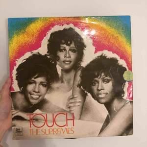 LP skiva, the supremes, jätte coolt omslag och jätte fin att sätta in i en tavla osv. Den har dock en liten defekt på botten men ingen som syns om den sitter i en tavla, priset inkluderar inte frakt men kan ändras vid snabb affär💕