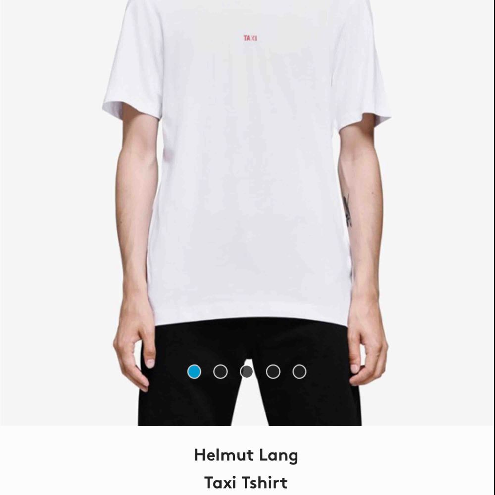Helmut Lang taxi t-shirt. Använd få gånger. Köpt för ca 2 månader sen. Vid snabb affär går priset att diskutera. Prislapp finns kvar. Nypris 1899. T-shirts.