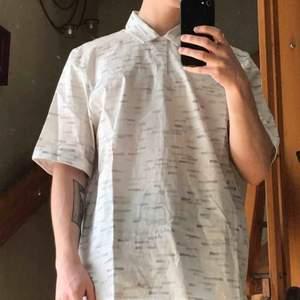 Skjorta från Cos i storlek S. Lite oversizad
