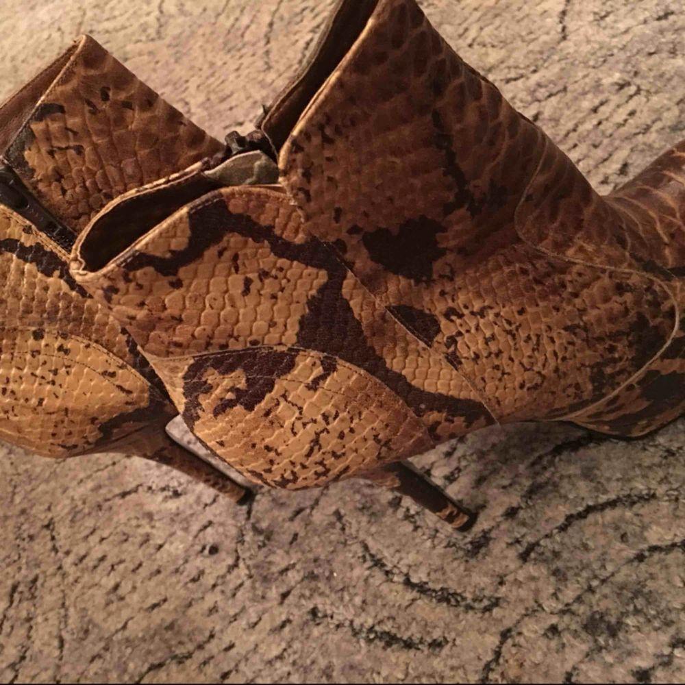 Högklackade skor från märket Rizzo. Nypris 1000kr. Endast använda en gång, sen dess har de glömts bort i garderoben. . Skor.