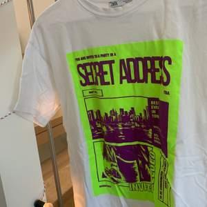 T-shirt från Zara med neon tryck på framsidan. Storlek M. Knappt använd, bra skick. Köpt för 129kr
