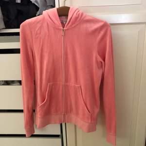 Ljusrosa juicy couture kofta köpt i New York. Aldrig använd så i superbra skick! Små i storleken så vill säga att det snarare är en M.  Nypris 1200kr FRAKT INGÅR I PRISET⚡️