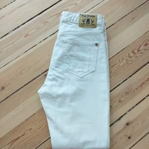 Helt oanvända jeans i 100 % ekologiskt bomull från Kings of Indigo. Fit: High Rise Slim. Benvita