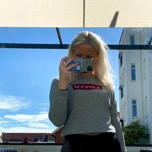 Supersnygg Levis tröja i storlek S, använd fåtal gånger. Har du frågor eller velat ha fler bilder på plagget får du gärna skriva till mig! Orginalpris 699kr, bud från 150kr