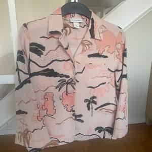 Rosa skjorta från Monki i stl. XS men passar mig som har S-M. Kan hämtas upp i Malmö eller fraktas för 44kr.