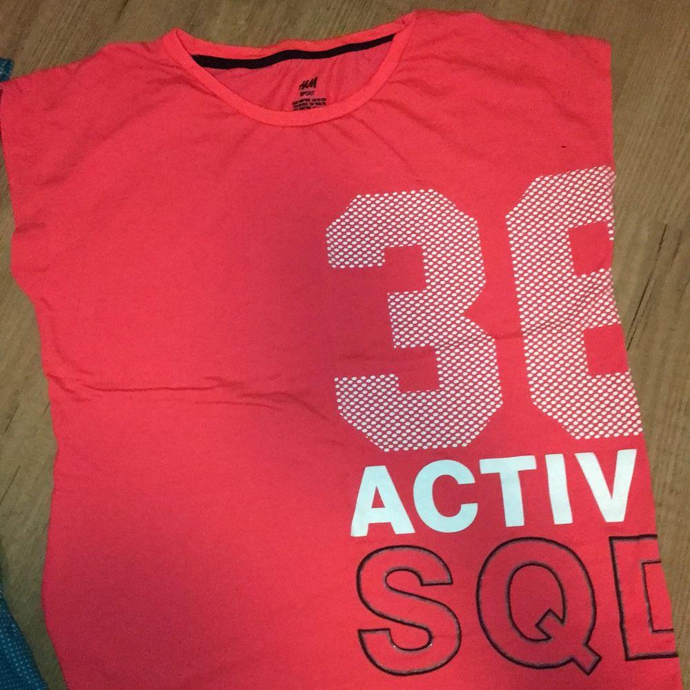 Billiga! Sköna! Fint skick ! Funkar som xs o den blå S. Men den röd rosa tröjan ee i stlk 152🥰 men funkar ablsout som xs!. T-shirts.