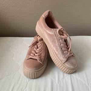 Rosa platåsko i sammet. Ljusrosa i storlek 38, från Nly shoes. Använda endast en gång. Köparen betalar frakt.