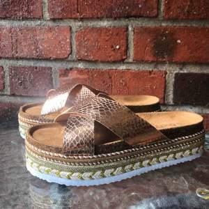 Helt nya skor köpta från Asos (märket Boohoo), endast testade, men var för breda för mig då jag har väldigt smala fötter så sandalerna satt inte kvar på foten. Verkligen superfina för den som har normal/bred fot!   Frakt på 50kr tillkommer