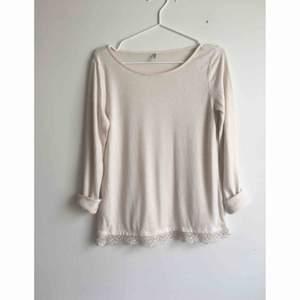 Fin tröja i off-white med en spetskant från only. Passar perfekt med ett par ljusa 501:or nu till sommaren🌸🌸