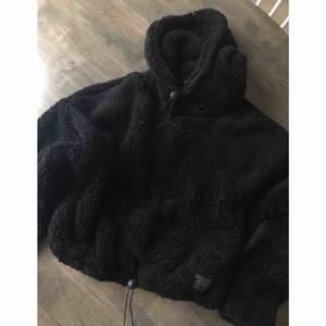 Croppad Teddy hoodie från urban outfiters ordpris 290kr (använd en gång)