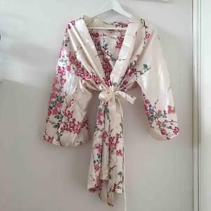 En superfin mönstrad sidenkimono inköpt i Tokyo för 400kr och mycket sparsamt använd! Passar perfekt som morgonrock, men kommer tyvärr inte till användning så mycket som jag önskat✨ frakten ligger på 44kr!