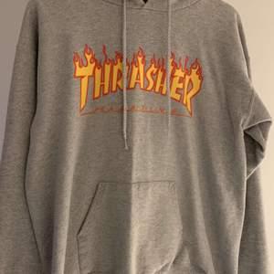 Thrasher hoodie storlek S, bra skick förutom att snörena är lite trasiga men inget man tänker på