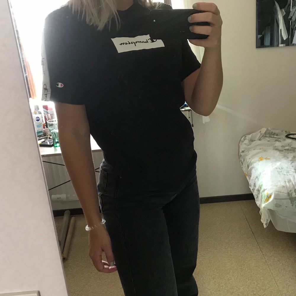 Svart championtshirt i lite oversize modell. I fint skick. 22kr frakt💜. T-shirts.