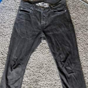 Retail pris tror jag va 1700kr. Size W33 L32 har vanligtvis runt W29 men riktigt nice pösiga jeans beror på hur man stylear dem. Skicka ett bud om priset inte passar! 😁