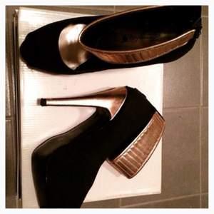 Oanvända high heels pumps, storlek 36. Svarta pumps med rosefärg på vristremmen.  Portot betalar du :)
