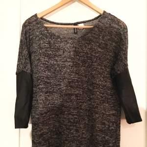 Grå/svart tunnt stickad långärmad tröja med ärmar i skinnimitation, från H&M.