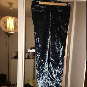 Havsblåa byxor i sammet från Acne. Använda endast en gång. Slits längst ner vilket ger längd till benen. Normala i midjan. Köpta för 2000kr