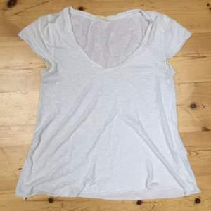 American Vintage klassiska vita t-shirt. Använd väldigt få gånger då jag inte gillar v-ringat. Mycket bra skick.