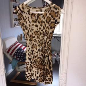 Leopard mönstrad klänning som är oanvänd, storlek XS