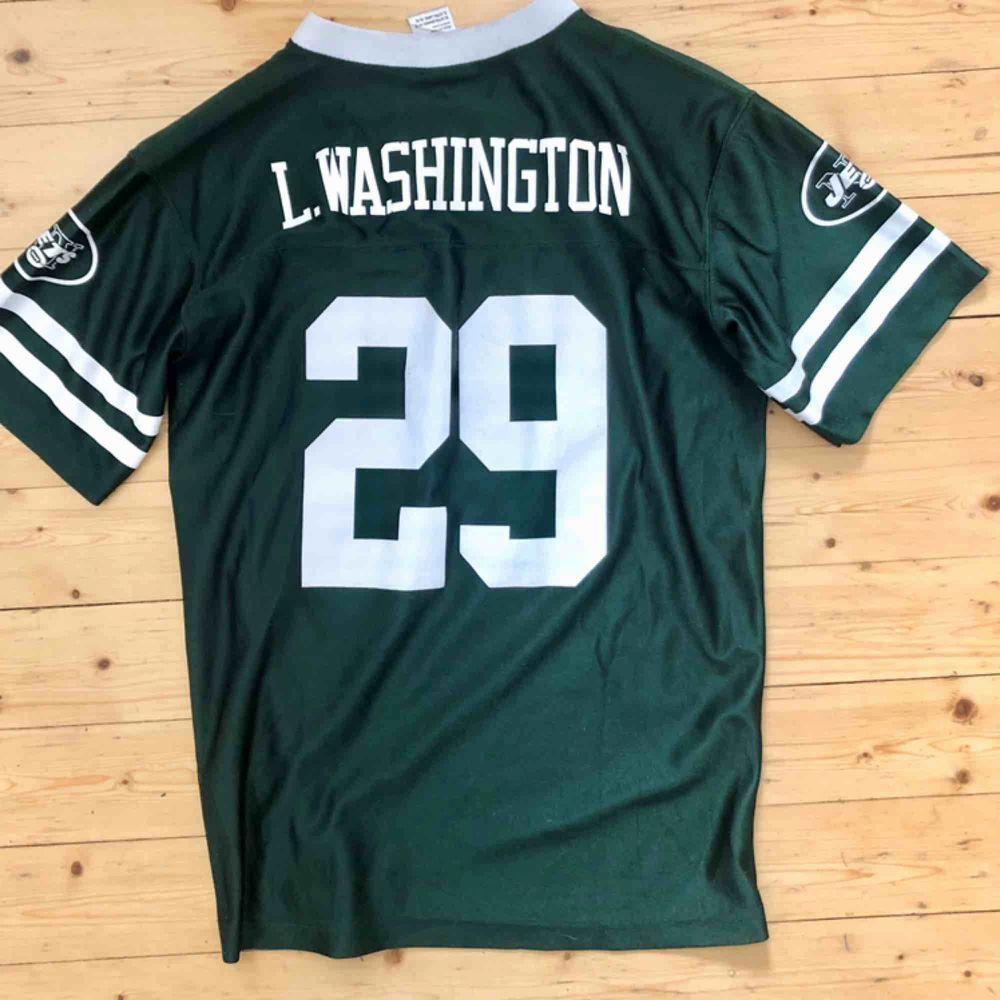 Vintage NFL-tee fr Beyond Retro. Märkt med strl XL men skulle säga att den är mer som M. Relativt loose fit på en mindre bredaxlad tjej :) . T-shirts.