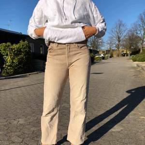 snygga mom jeans från Levis! Köpta på humana. Lite stora i midjan för mig som är strl 36❤️❤️❤️❤️