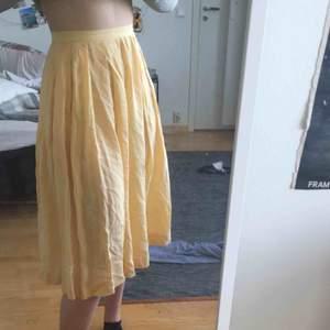 Gul och somrig vintage-kjol! Det är lite genomskinlig men man kan alltid ha ljusa underkläder så syns det inte! 💛