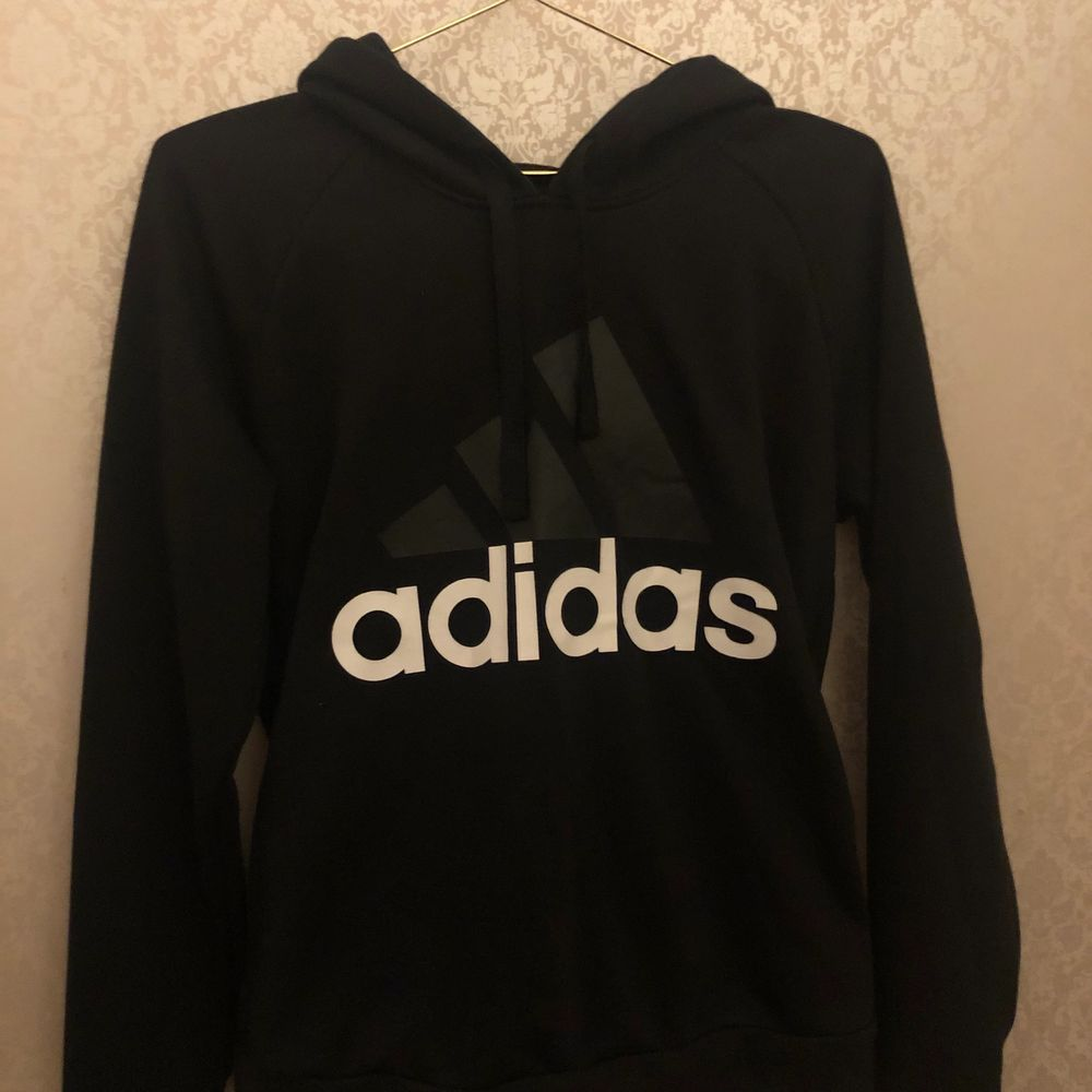 A adidas hoodie from Nelly.com. Have been used only a few times, it's in great condition no flaws or damage. The don't sale anymore on nelly.com I think. In the size M, but runs a little bit small . Huvtröjor & Träningströjor.