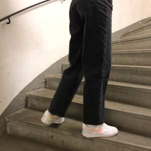 Ett par svarta jeans från bik bok i rak modell! Storlek 26 och dem är lite för stora på mig som är en xs-s. Går ner till anklarna. Supersnygga verkligen.