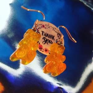Glittriga orange/gula björnörhängen! Så himla söta och trendiga💓 endast 32kr ink, dm vid intresse eller köp, postbevis skickas alltid!💞