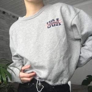 sweatshirt ifrån urban outfitters i använt skick, har en justerbar midja iform av dragsko, köparen betalar för frakten! pm för fler bilder! 🤍