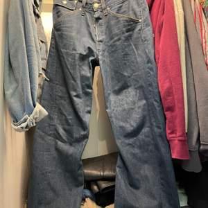 Snygga Levis jeans som min mamma hade när hon var ung. Väldigt bra skick och sitter fint på. Fina detaljer på fickorna.