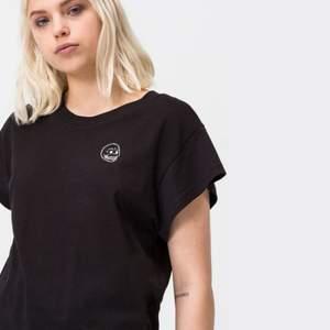 Svart cheap monday t-shirt från deras sista kollektion. Storlek S.