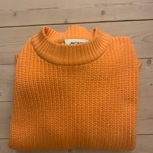 Orange tröja från monki som jag använt endel, är i ett super fint skick men har tröttnat på färgen. Därför säljer jag nu denna vidare. Nypris 250kr.