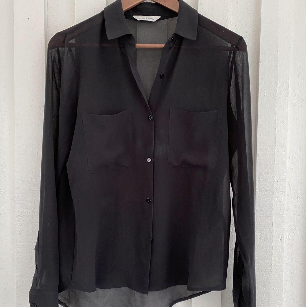 Transparent skjorta från Samsoe Samsoe. Ingen storlek men uppskattar M. Bra skick!. Skjortor.