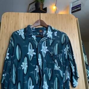 Retro skjorta, köpt på beyond retro förra året, använde den vid ett tillfälle endast! Den är skitsnygg men använder den aldrig så letar ett nytt hem🥺 Meddela gärna vid fler funderingar!!