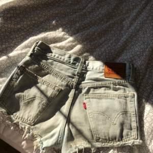 Säljer mina Levi's shorts då de inte kommer till användning. De är i väldig fint skick! 🤍