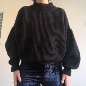Grovt stickad tröja med ballongärm i använt skick. Köpte den förra året. Eftersom den är grovt stickad så är den inte heller så nopprig. Nån lite noppra här och var. Som sagt, använt skick. Jag på bilden är en 38-40 och tröjan är i storlek m 🥰