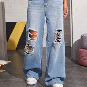 bootcut jeans med rips, säljer då jag ej använder de. nypris 259kr