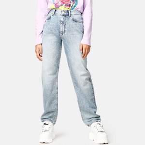 Säljer dessa supersnygga jeans från JUNKYARD i storlek M. Första bilden är lånad från junkyards hemsida. Jeansen är raka i benen och är i mycket bra skick.  Budgivning sker i kommentarerna och börjar på 150kr!