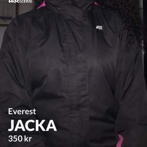 En Everest jacka från Stadium i strl 164 som bara ligger i garderoben. Jackan har fyra fickor o har luva. Den e nytvättad & varsamt använd!! Om man kan mötas upp säljer jag den för 350 annars är det 350kr+ frakt🤩