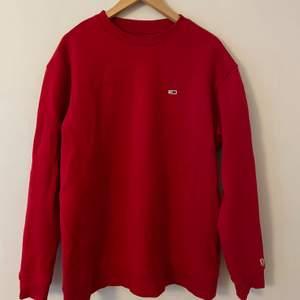 Jag säljer nu denna Tommy Hilfiger tjocktröjan i storlek LARGE. Köpte tröjan för ungefär 3 år sedan! Sedan användes den aldrig. Ordinarie pris: 999kr.