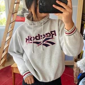 Säljer denna fina vintage Hoodie från Reebok, som jag köpt på Plick men tyvärr bara legat i garderoben. Säljer för 200kr + frakt 💕