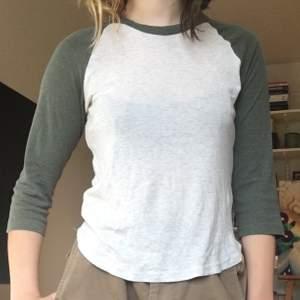 Halvt långärmad baseball tröja som är lite nopprig, superskönt och söt men använder den tyvärr inte längre ⚾️🌱 storlek är M, men passar bra på mig som brukar ha s-xs, fraktkostnad: 44 kr men kan även mötas upp