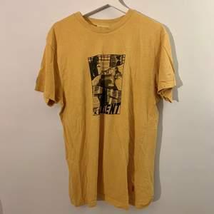 gul t-shirt med serietryck fram på! använd 2/3 ggr och köpt på carlings:)