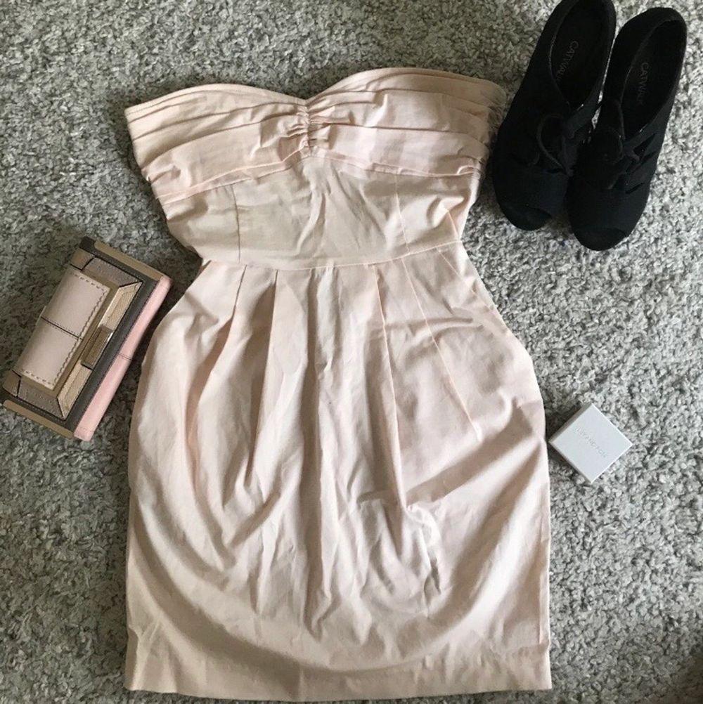 Rosa strapless klänning från mango. Storlek USA 4. Går att sätta fast axelband men har tyvärr inte dem.. Klänningar.