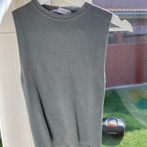 Stickad perfekt tajt topp till ett par vanliga svarta kostymbyxor eller jeans!
